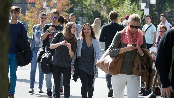 Studierende auf dem Weg zur Universitaet St.Gallen (HSG), laufend