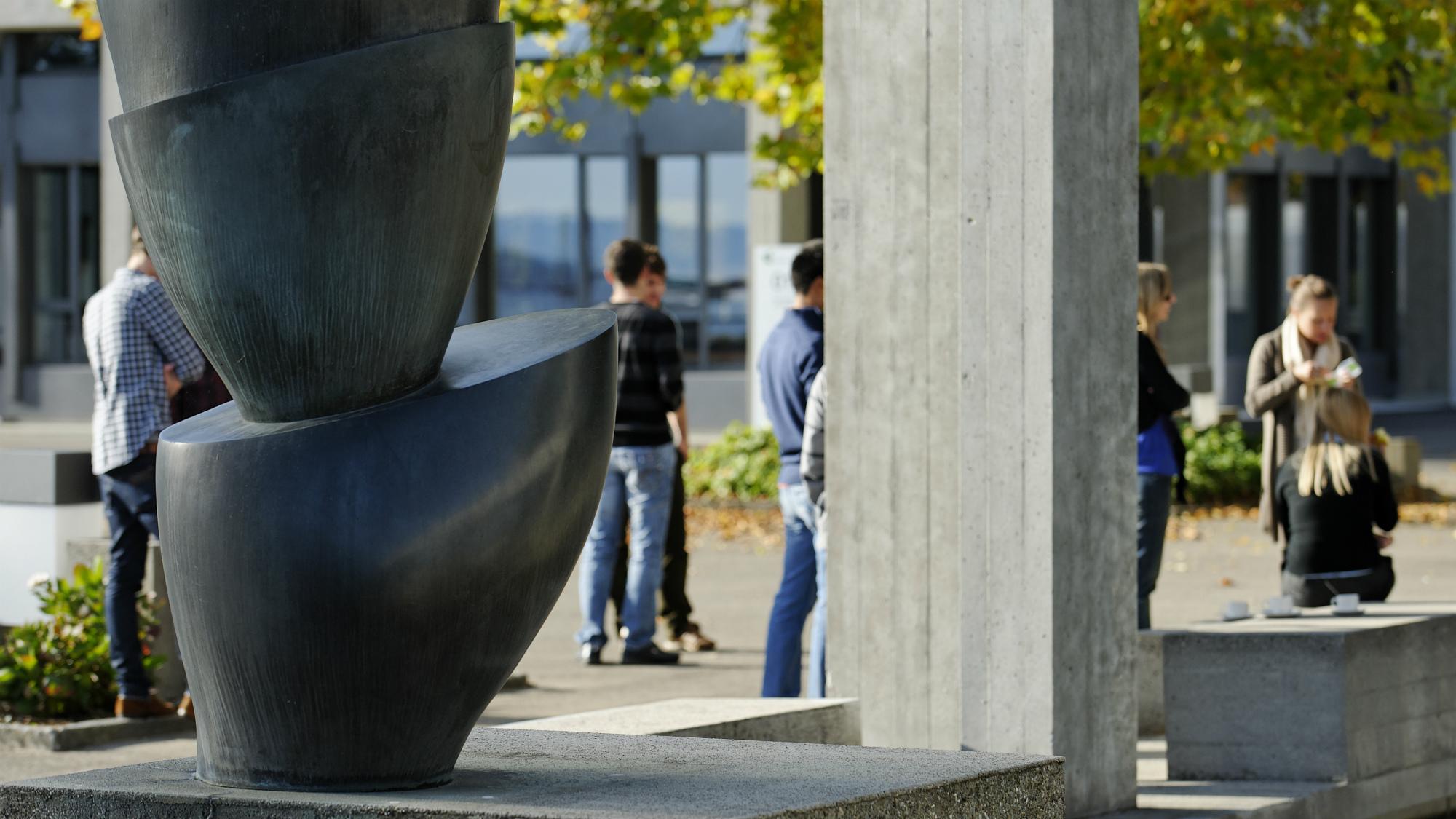 """Studierende mit """"Schalenbaum"""" von Hans Arp vor dem Hauptgebaeude der Universitaet St.Gallen (HSG)"""